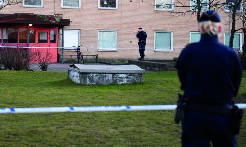 """""""Vi måste en gång för alla erkänna att detta är en nationell kris. Att skjutningarna som sker berör hela Sverige oavsett var i landet vi bor"""", skriver debattörerna från Nätverket förorten mot våld.  Bild: Emil Langvad/TT"""