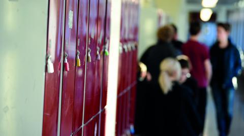 """""""Trots sämre resultat får friskoleelever bättre slutbetyg. Skälet är att skolor med vinstsyfte ger glädjebetyg för att locka elever att söka"""", skriver debattören Åke Lindroth.  Bild: Pontus Lundahl/TT"""