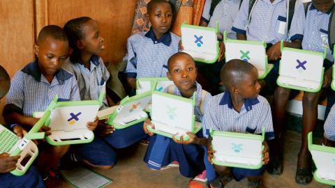 Det är fest för eleverna på St Michels lågstadium i Kigali när datorerna delas ut. Alla vill ha, och alla vet hur man gör. Det första de gör är att kolla Facebook.  Bild: Gunnar Wesslén