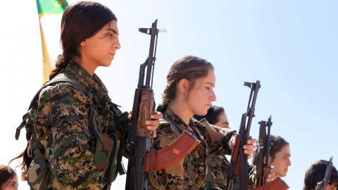 YPJ-styrkor i exercis. YPJ lyder under det kurdiska partiet PYD. Kurdernas expansion och krav på självstyre i norra Syrien har skapat ännu en slitning i den syriska konflikten, som löper stor risk att bli mer våldsam när IS har nedkämpats.  Bild: Free Kurdistan/CC