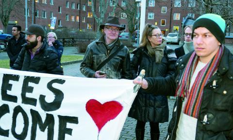 Margareta Sylvan och Mats Weidman ställde sig bakom demonstrationen som kritiserade regeringen som deras eget parti är en del av. Bild: Nicklas Ödman