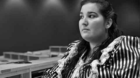 Hon sitter i kommunfullmäktige, hon är tvåbarnsmor, hon gillar hårdrock och hon är rom. Susanna Hedman är en av dem som porträtteras i utställningen Romska röster, som just nu visas på Stadsmuseet. Foto: Anders Ryman