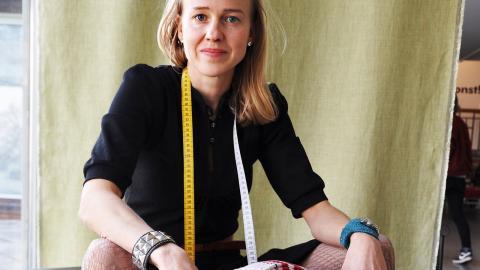 Sara Hillersberg, projektledare Koll på kläder på Örebro läns museum vid klädbollen som väger 13 kilo.  Bild: Mirja Mattsson