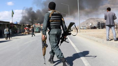 """Regeringen vill skicka soldater till Afghanistan på grund av det dåliga säkerhetsläget –ändå sägs Kabul vara säkert för den som ska """"återvända"""" dit. Hur går det ihop?  Bild: Rahmat Gul/TT"""