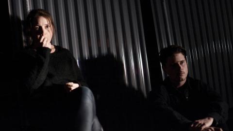 André Christenson och Linda Ritzén är de två skådespelare som gestaltar alla de personer som syns på scen.  Bild: Teatr Weimar
