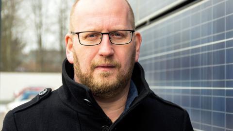 """""""Lagändringen i somras fick oss att slå av på takten. Men nu har vårt bygggäng fått i uppdrag att se över vilka ytterligare hyresfastigheter som ska få solel"""", säger Roger Sjögren, vd på HSB Östra.  Bild: Johan Ekfeldt"""