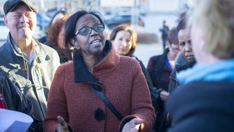 Dagens ETC var på plats under protesterna utanför Sundbybergs stadshus. Miriam Osman Sherifay ställde representanter för vårdbolaget Frösunda mot väggen för deras agerande. Personal fanns på plats. Bild: Lucas De Vivo