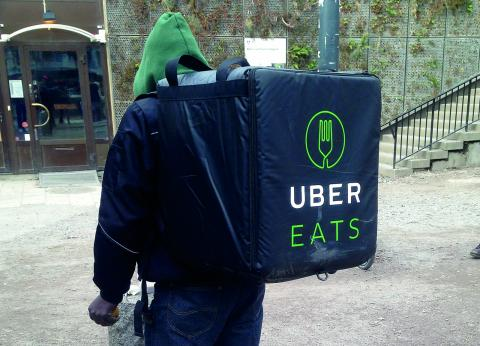 """En av männen som arbetar som """"leveranspartner"""" för Uber eats uppger att han tjänar mellan 700 och 1 000 kronor efter skatt, för runt 40 timmars arbete i veckan.   Bild: Gustav Gelin"""