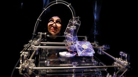 Ingenjören Susana Soares observerar en 3D-skrivare som tillverkar kakor på mjöl gjort av insekter.   Foto: Kirsty Wigglesworth/TT