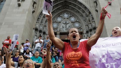 Aktivister skriker slogans mot Michel Temer under en 8 mars-demonstration i Sao Paulo i Brasilien. Bild: Andre Penner/TT