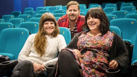 Elin Bennett, Christian Tidebrink och Simona Macuh på Cnema har fått ett kvitto på att deras arbete med ungdomar och integration är uppskattat.  Bild: Johan Ekfeldt