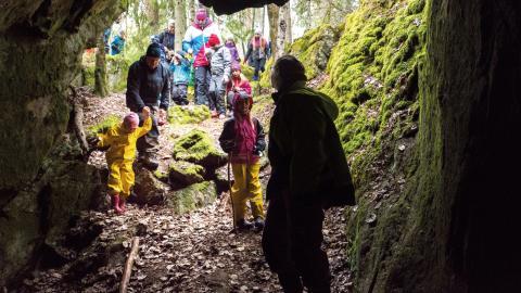 Grottor är spännande men kan också vara farliga. Anette Aspegren Güldorrf går först och visar vägen.   Bild: Johan Ekfeldt