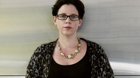 """""""Karlsson är en skicklig författare och genom sitt poetiska språk ser hon till att texten aldrig blir blodlös"""", skriver Rasmus Landström som har läst Elise Karlssons nya roman """"Klass"""". Bild: Sara Mac Key"""