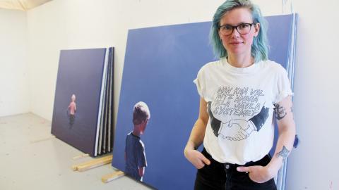 En intensiv arbetsperiod är över och de färdiga målningarna till utställningen står i ateljén i östra hamnen. Den stil Ella Tillema målar i är nästan fotografiskt exakt. Bild: Jenny Wickberg