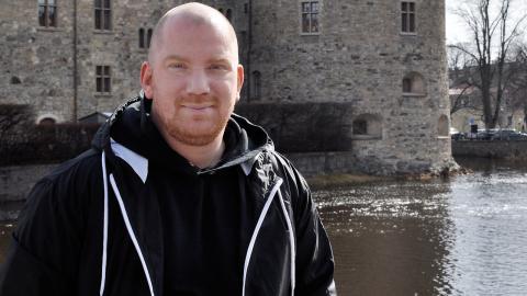 Kenny Nordh, initiativtagare till Örebro reggaeklubb vill ordna reggaefester  på udda platser i Örebro. Förutom slottet och svampen är glasskiosken i Stadsparken näst på tur.  Bild: Mirja Mattsson