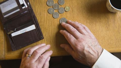 När den kommunala skatten höjs måste låginkomsttagare betala lika mycket som höginkomsttagare.  Bild Fredrik Sandberg/TT