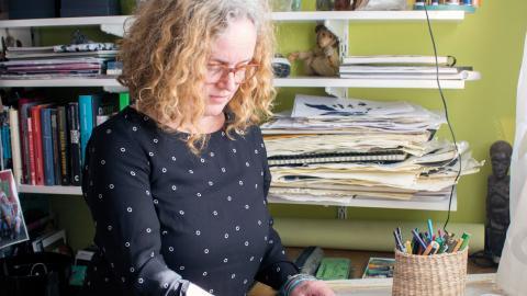 Maria Persson driver sedan ett drygt år    tillbaka bloggen dagensdam.se där hon varje dag porträtterar en kvinna från historien. Om det är ett konst- eller bildningsprojekt vet hon inte. Kanske både och?  Bild: Johanna Lindqvist