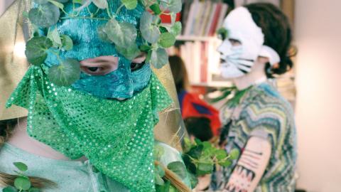 Blad och gröna tyger har förvandlat Sara Berggren till något från växtriket. Bild: Liselott Holm