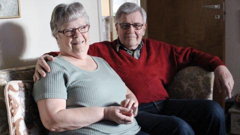 Berit och Bert Johansson trivs i sin villa, men arbetet med att sköta den börjar kännas     tungt. Allra helst skulle de vilja flytta till en hyreslägenhet i närheten, med bostäder som passar äldre är det ont om på landsbygden.  Bild: Lisa Karlsson
