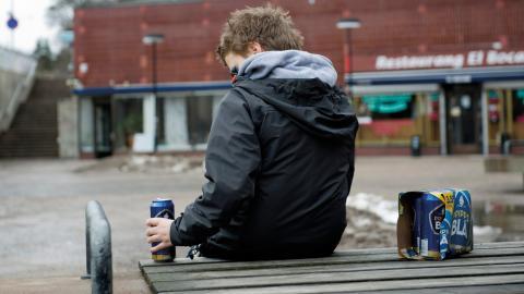 Ungdomar och vuxna med utländsk bakgrund som har jobb som kräver en kort utbildning är ofta arbetande fattiga och tvingas därför leva under fattigdomsgränsen trots att de har ett jobb, eller ibland flera.  Bild: Henrik Montgomery/TT