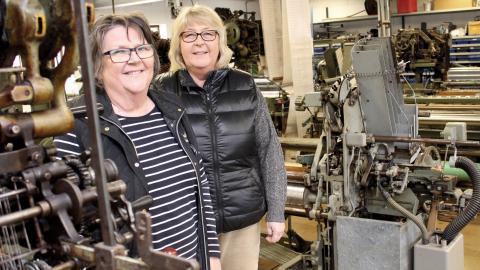 Ylwa Källgren och Britta Eriksson har drivit Björke väveri tillsammans sedan 1981 och har inga planer på att avveckla det så länge de fortfarande tycker att det är roligt.  Bild: Lisa Karlsson