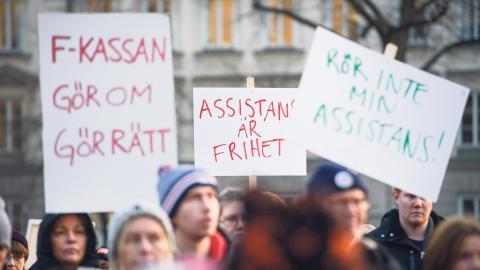 På internationella funktionshindersdagen i december förra året anordnades demonstrationer mot nedskärningar av personlig assistans runtom i Sverige. Bild: Janerik Henriksson/TT