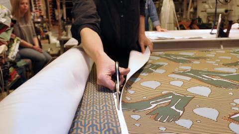 Med hjälp av två ritningar och en rulle med tyg ska Catharina Söderström förvandla de gamla möblerna till konst.  Bild: Mirja Mattson