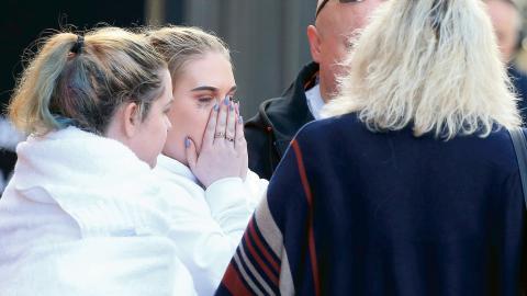 Människor i chock tas om hand efter explosionen som skedde efter Ariana Grandes konsert.  Bild: Rui Vieira/AP/TT