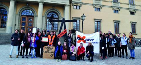 Studenter och anställda vid Uppsala universitet firade universitetets beslut att sälja av sina tillgångar i fossila bränslen.  Bild: Privat