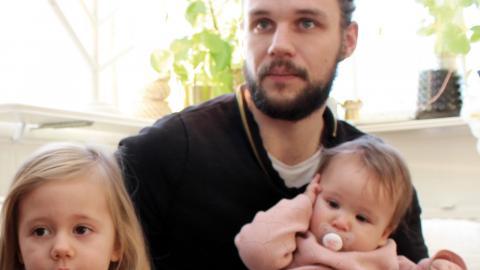 I januari uppmärksammade vi att mammorna i regionen tar ut närmare tre gånger fler föräldradagar än papporna. Orsaken till att Simon Clausen har tagit ut färre dagar än sambon Katarina Jovanovic är hans arbete.  Bild: Lisa Karlsson