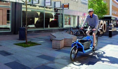 Gunnar Eikman cyklar till och från jobbet och har till och med lastcykel när han behöver transportera saker.  Bild: Linda Alfons