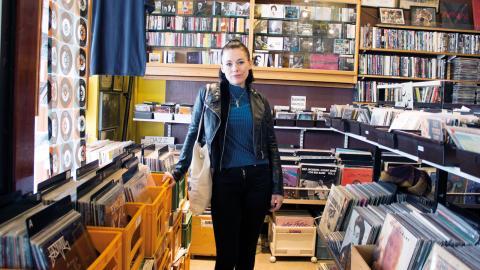 """Ida Boija är bibliotekarien som har musiken som ventil i livet för att bearbeta känslor         och orättvisor i världen. Just nu är hon aktuell med sin nya låt """"Andra sidan"""" som handlar om hur det är att ha adhd.  Bild: Johanna Lindqvist"""