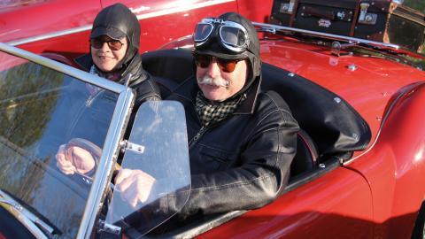 Marina och Owe Andersson sitter i deras röda MGA, 1600 MKII från 1962. I samband med köpet för tolv år sedan bestämde sig Owe för att han skulle ha en tidsenlig mustasch och sedan dess har den hängt med.  Bild: Maria Eremo
