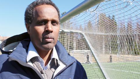 Adan Warsame är aktiv i flera föreningar på Ålidhem och brukar köra drop-in-träningar i fotboll för ungdomar.  Bild: Liselott Holm