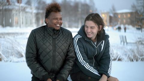 Abdi Aziis, själv hbtq-flykting, och regissören Victor Lindgren.  Bild: Simon Öhman Jönsson