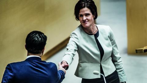 """Moderatledaren Anna Kinberg Batra skakar hand med SD-ledaren Jimmie Åkesson. """"Med Anna Kinberg Batra har den här dörren som tidigare varit stängd öppnats"""", skriver debattören Catrine Berkevall.   Bild: Lars Pehrson/TT"""