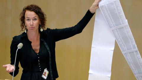 I en Riksdagsdebatt 2011 om gränskontroll presenterar Christina Höj Larsen (V) en lista över personer som avlidit under sina flyktförsök in till Europa. Bild: JANERIK HENRIKSSON / TT
