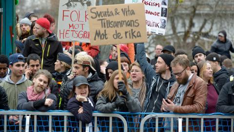 Människor protesterade mot nazistiska Nordiska motståndsrörelsens demonstration som tågade genom Borlänge på första maj förra året. I år har NMR fått tillstånd att marschera i Falun. Bild: Ulf Palm/TT