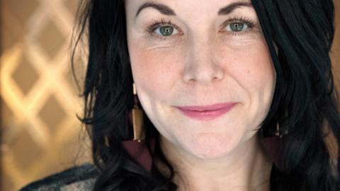 """""""Vi är konservativa när det gäller familjen"""", säger Maria Sveland som är aktuell både med sin nya roman Bitterfittan 2 och nypremiären av Befrielsefronten på Örebro länsteater. Bild: Jessica Gow/TT"""