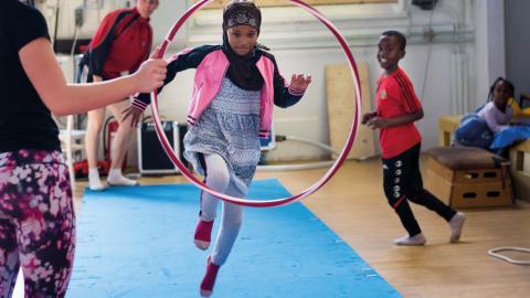 Sagal och hennes bror Mustaf kom från Somalia för fyra år sedan och gillar både                  akrobatiken och att möta andra.  Bild: Johan Ekfeldt