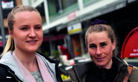 """Solvei Palm Lindström och Jessica Thiel tycker att det är enkelt att äta veganskt i Västerås. """"Jag har nästan aldrig haft problem"""", säger Solvei Palm Lindström.  Bild: Joni Nykänen"""