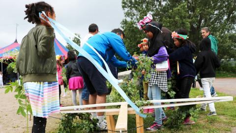 Glad midsommar! I går anordnades midsommarfirande för förskolebarn i Biskopsgården. ETC Göteborg var på besök när midsommarstången kläddes. Bild: Caroline Axelsson