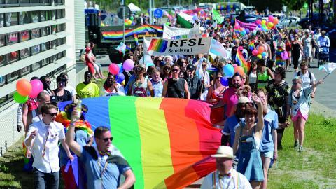 Fi Sundsvall går med i Prideparaden för dem som inte kan och hoppas att fler marcherar mot homo- och transfobi.  Bild: Daniel Wikström