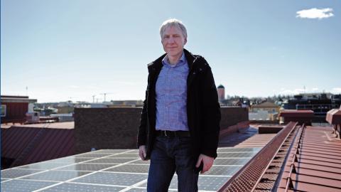 Ulf Näslund är chef för teknik och service på Uppsala Science park. I ett nytt projekt ska ett eget elnät byggas mellan parkens fyra byggnader. Bild: Malin Beeck