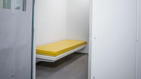 Här, i en cell hos Sundsvallspolisen, dog tvåbarnspappan.