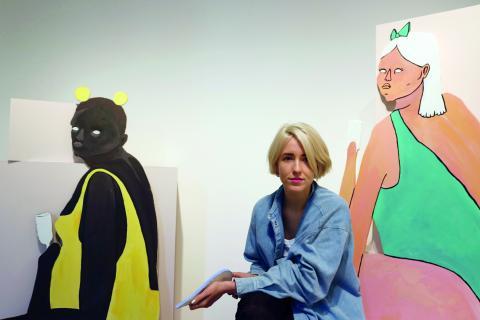 """Flickan i den gula baddräkten är just nu en av Bim Erikssons egna favoriter. Och den skära hudtonen hos flickan i grönt. """"Jag gillar den här huden. Jag blir väldigt lätt bränd, det är kul att det är så olika färger."""" Bild: Linda Alfons"""