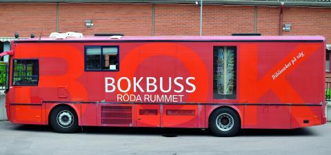 """Bokbussen Röda rummet rullar fortfarande. """"Vi har haft turen att vi har fått saker fixade ganska snabbt när grejerna har gått sönder"""", säger Elina Garp. Tillgången till reservdelar är en tidsfråga.  Bild: Joni Nykänen"""