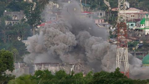 Filippinska militären bombar Marawi i södra Filippinerna sedan IS tagit över delar av staden. Foto: Aaron Favila/AP