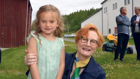 """Regissören Leslie Swackhammer med femåriga Telina Pettersson från Björnhyttan som ska spela barnet. """"Jag tycker att det ska bli mest kul och så har jag stått på scen förut"""", säger Telina Pettersson. Bild: Rolf Larsson"""