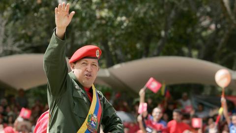 Medieflödet sprider oppositionens bild av verkligheten, en opposition vars ledare 2001 genomförde en statskupp mot landets dåvarande president Hugo Chávez (bilden). Medierna spelade då som nu en central roll i händelserna. Bild: Fernando Llano/AP/TT